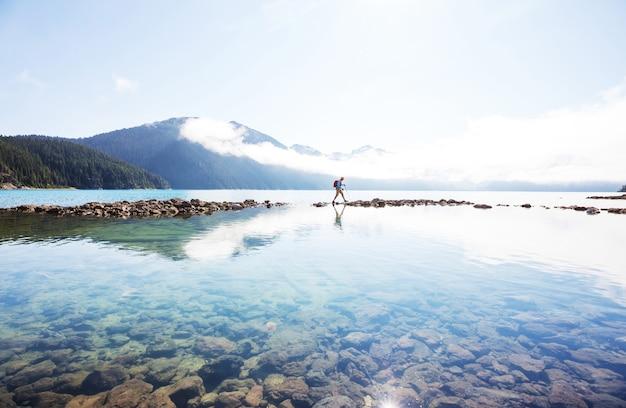 Wycieczka do turkusowych wód malowniczego jeziora garibaldi w pobliżu whistler, bc, kanada. bardzo popularny cel wycieczek pieszych w kolumbii brytyjskiej.