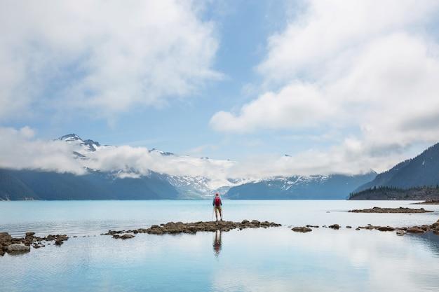 Wycieczka do turkusowych wód malowniczego jeziora garibaldi w pobliżu whistler, bc, kanada.