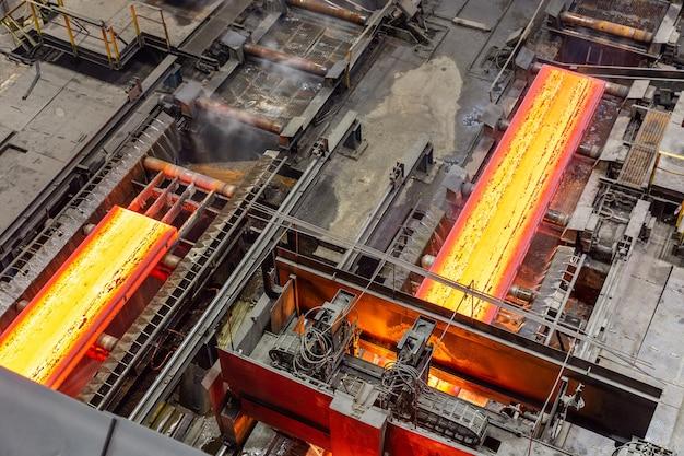 Wycieczka do zakładu metalurgicznego evraz zsmk. sklep konwerterów tlenu. widok z góry strumienia gorącego metalu.