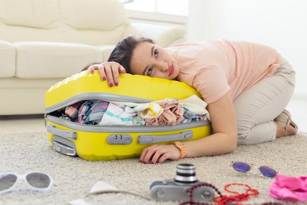 Wycieczka koncepcja podróży i wakacji młoda kobieta przytulanie jej żółtą walizkę
