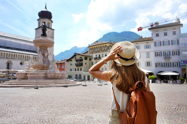 Wycieczka kulturalna we włoszech. widok z tyłu podróżnik dziewczyna w mieście trento, włochy.