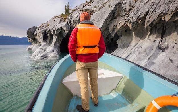 Wycieczka łodzią do niezwykłych marmurowych jaskiń na jeziorze general carrera, patagonia, chile