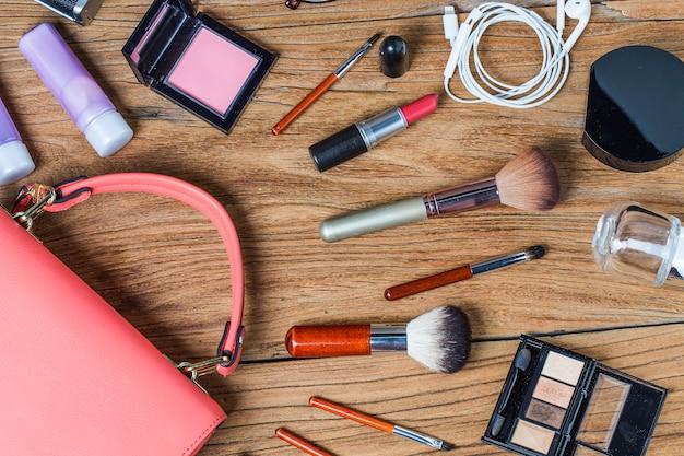 Wycieczka na sprzęt nastolatki, kosmetyki, akcesoria, makijaż, inteligentny telefon, torba, czapka gotowa do podróży.