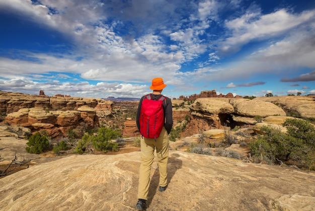 Wycieczka po górach utah. wędrówki w niezwykłych naturalnych krajobrazach. fantastyczne formy formacji piaskowcowych.