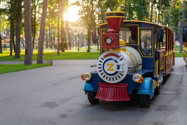 Wycieczka pociągiem elektrycznym na spacer po parku.