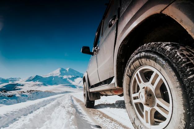 Wycieczka samochodem terenowym w góry zimą.