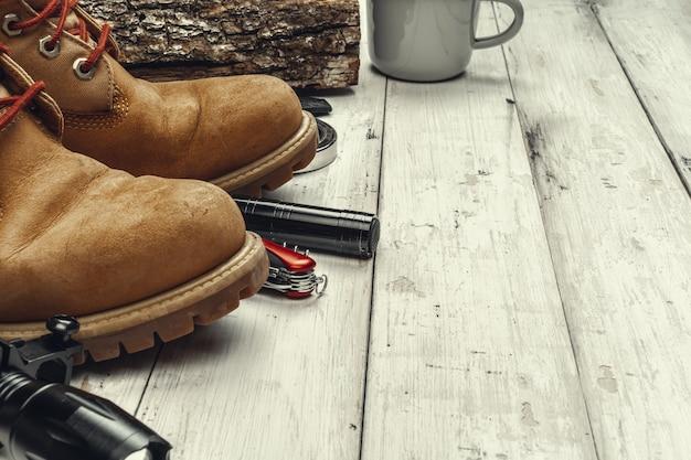Wycieczkować buty z podróży akcesoriami na grunge tle