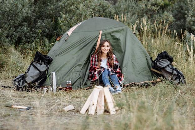 Wycieczkowicz dziewczyna w namiocie na zewnątrz na wakacjach
