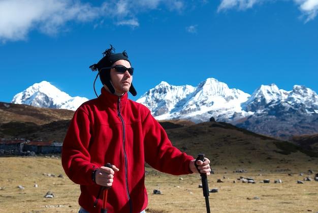 Wycieczkowicz na drodze w himalajach z krajobrazem gór