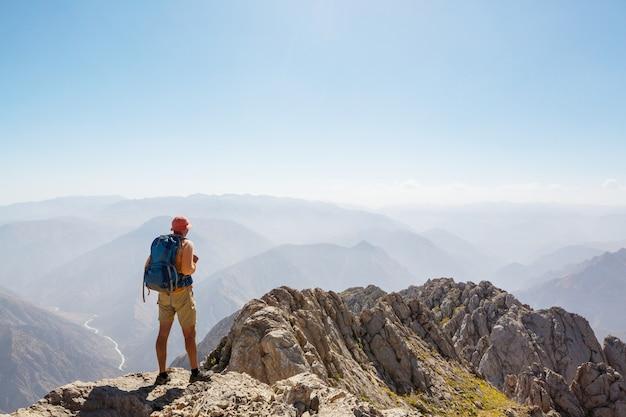 Wycieczkowicz na szczycie góry.