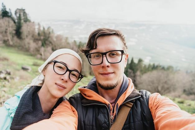 Wycieczkowicz para robi selfie
