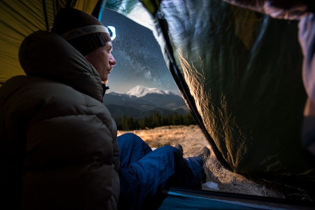 Wycieczkowicz w namiocie w nocy