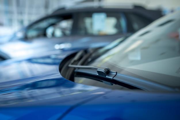 Wycieraczka lub wycieraczka przedniej szyby jest urządzeniem służącym do usuwania deszczu, śniegu, lodu i zanieczyszczeń z przedniej szyby. , nowe samochody zaparkowane w salonie
