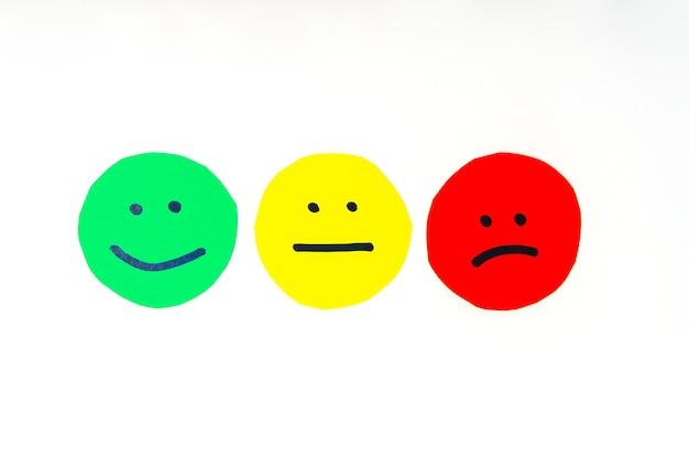 Wycięte z papieru kółka z twarzami wyrażającymi różne emocje wyrażenia zapewniające wysokiej jakości nastroje