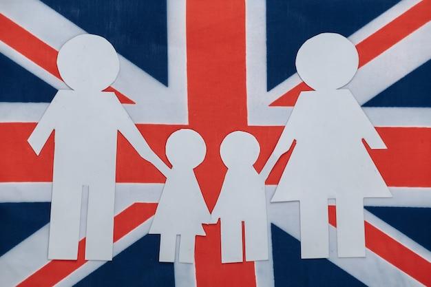Wycięty z papieru łańcuch rodzinny na brytyjskiej flagi. motyw patriotyzmu