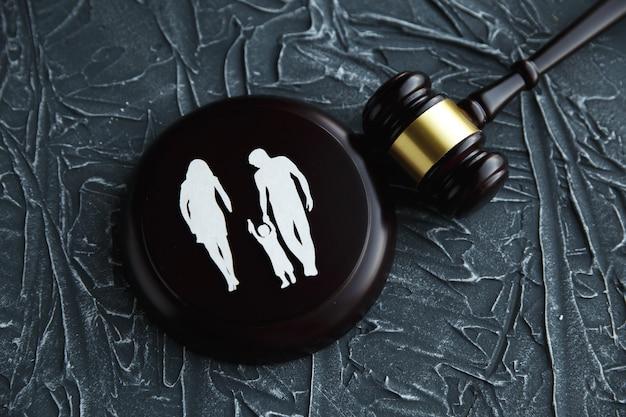 Wycinanka rodzinna i kolorowe litery dotyczące opieki nad dzieckiem i koncepcji prawa rodzinnego