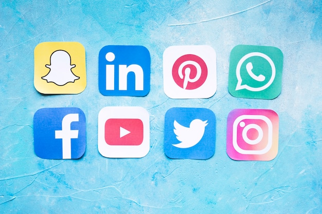 Wycinanki najpopularniejszych ikon mediów społecznościowych ułożonych w rzędy