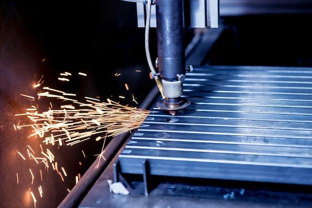 Wycinarka laserowa wycinająca otwory w rurach.
