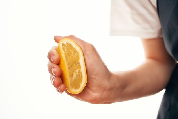 Wyciskanie cytryny do gotowania składników talerza sałatkowego