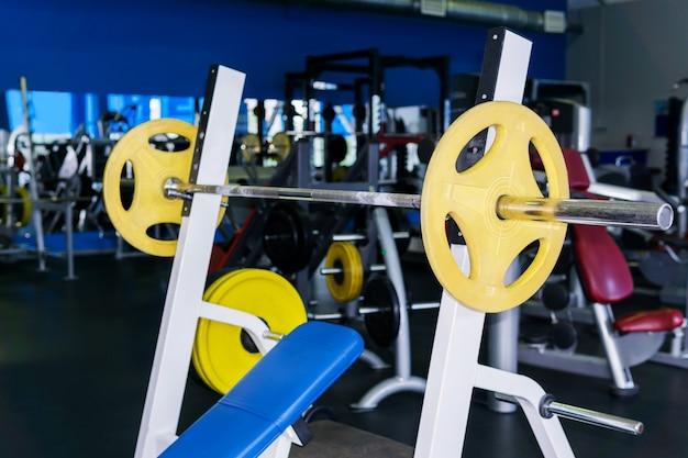 Wyciskanie na ławce skośnej ze sztangą na siłowni