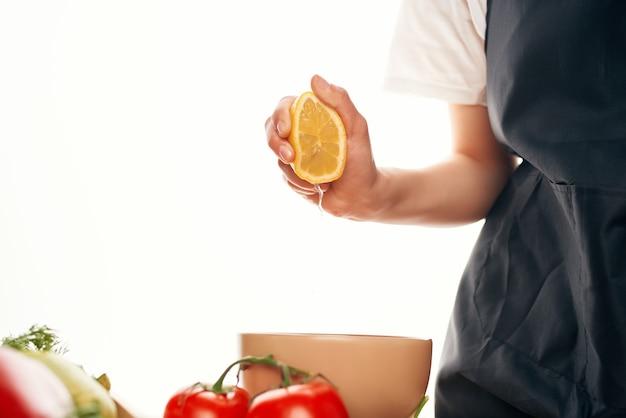 Wyciskanie soku z cytryny do sałatki gotowanie składników kuchennych żywności