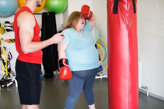 Wyczerpana otyła kobieta w treningu