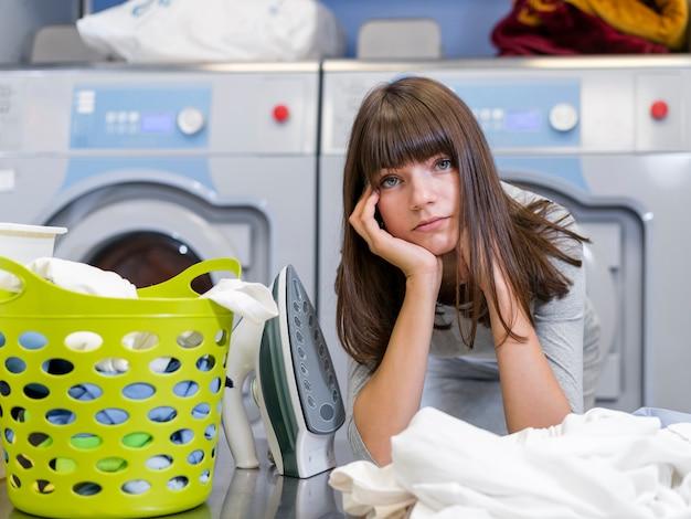 Wyczerpana piękna dama w pralni