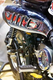Wyczerpanie lub zużycie motocykla wyścigowego z bliska. nisko kątowa fotografia motocykla