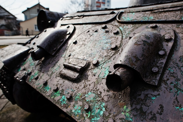 Wyczerpanie starego rocznika czołgu wojskowego.