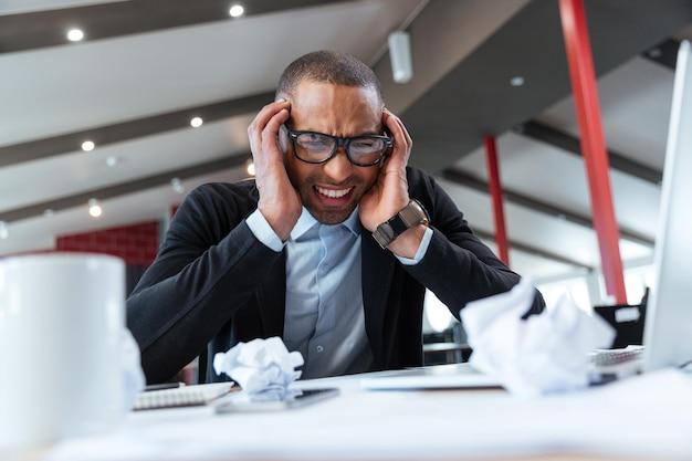 Wyczerpany biznesmen w pracy w biurze