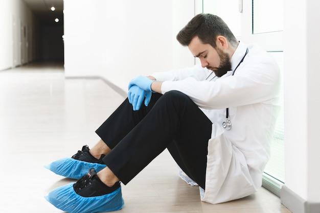 Wyczerpany lekarz po bardzo długiej zmianie w szpitalu