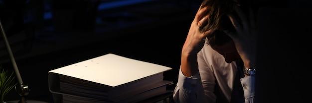 Wyczerpany pracownik biznesowy