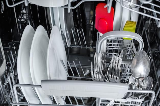 Wyczyść naczynia w koszu zmywarki