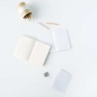 Wyczyść pusty szkicownik, ołówki i temperówkę na białym tle