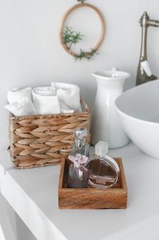 Wyczyść ręczniki, mydło i butelkę oleju na drewnianym stole w pokoju. artykuły toaletowe w hotelu.