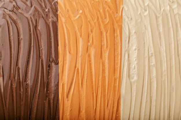 Wyczyść wodnisty żel tekstury kosmetycznego produktu nawilżającego na różnych odcieniach skóry koloru tła. żel z kwasem hialuronowym lub konsystencja kolagenu na jasnym, ciemnym odcieniu skóry. nawilżająca powierzchnia serum.
