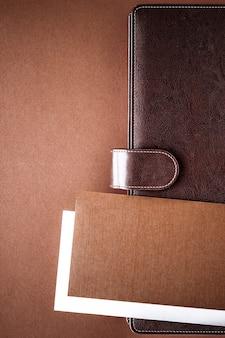 Wydajność pracy i korporacyjnego stylu życia koncepcja rocznika teczki biznesowej na biurku biurowym flatlay tle