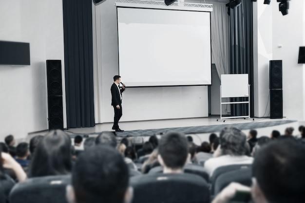Wydarzenie biznesowe prelegent i publiczność w sali konferencyjnej