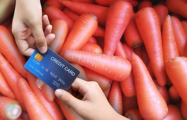 Wydawanie, kupowanie warzyw, marchew, płacenie kartą kredytową
