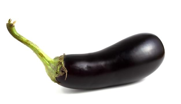 Wydłużone warzywo, bakłażan leży na białym tle.