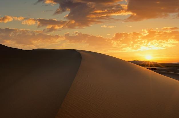 Wydmy podczas zachodu słońca w mongolii pustyni gobi