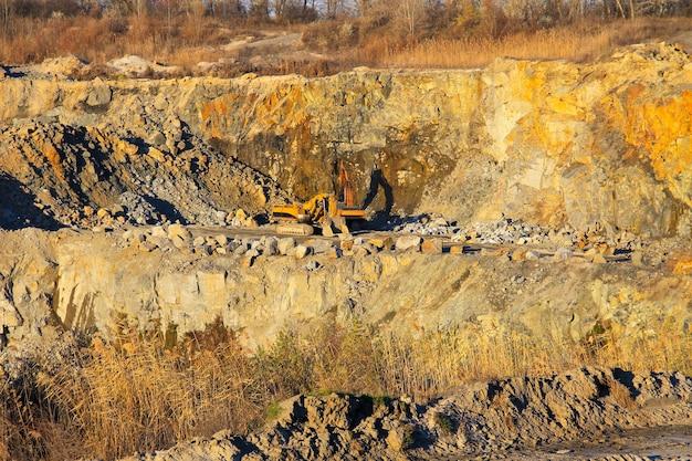 Wydobycie surowców mineralnych w kamieniołomie granitu