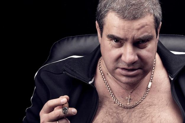 Wygląd białego niebezpiecznego mężczyzny, niebezpieczeństwo i groźba gangu, samiec alfa