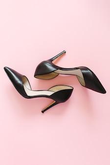 Wygląd bloga modowego. czarne buty na obcasie damskie na różowo
