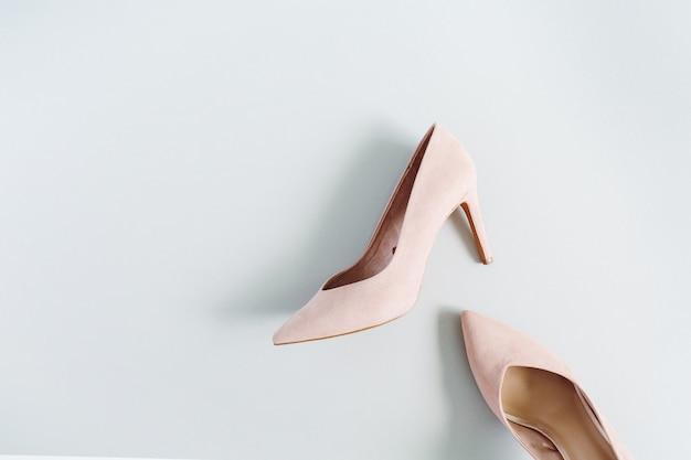 Wygląd bloga modowego. jasnoróżowe buty na obcasie damskie na niebiesko
