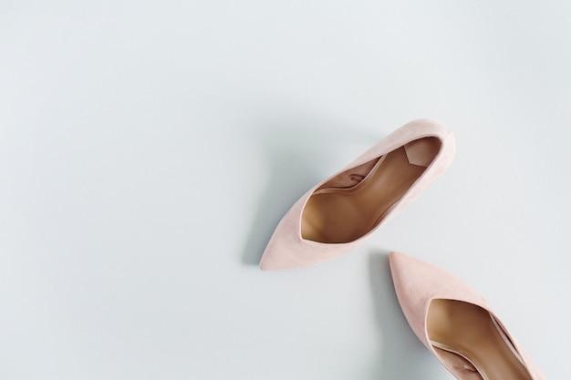 Wygląd Bloga Modowego. Jasnoróżowe Buty Na Obcasie Damskie Na Niebiesko Premium Zdjęcia