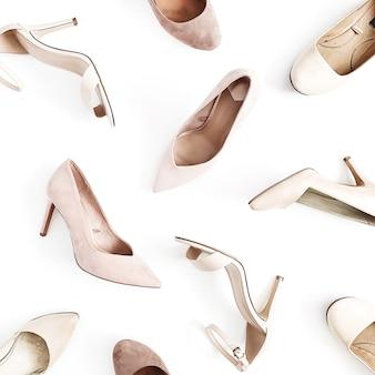 Wygląd bloga modowego. jasnoróżowe damskie buty na wysokim obcasie na białym tle. płaski układanie, widok z góry