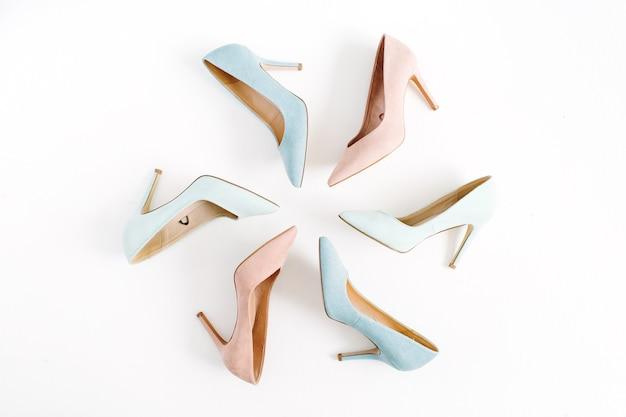 Wygląd Bloga Modowego. Pastelowe Kolorowe Kobiety Szpilki Buty Na Białym Tle Premium Zdjęcia
