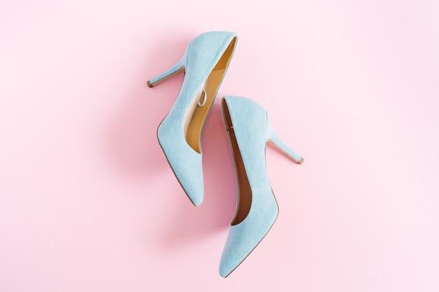 Wygląd bloga modowego. pastelowe niebieskie buty damskie na obcasie w kolorze różowym