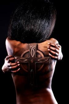 Wygląd mody. glamour portret pięknej czarnej kobiety amerykańskiej z tatuażem na plecach i jasny makijaż